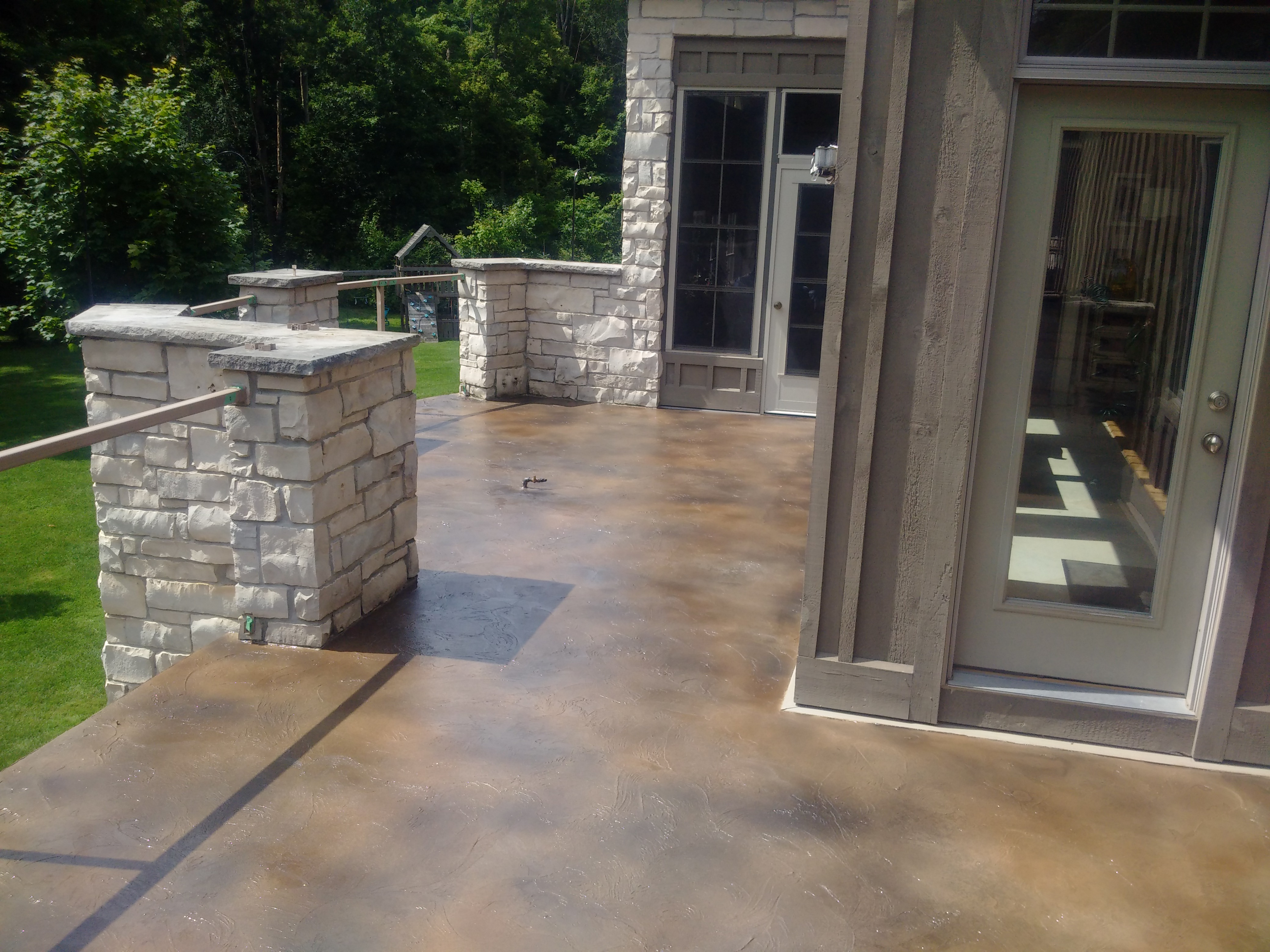 Sloppy Trowel Dark Sandstone concrete patio